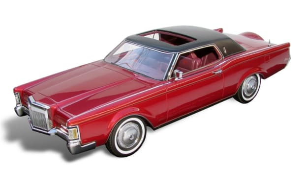 Automodello's Red Moondust 1971 Lincoln Continental Mark III in 1:24 scale. A triple white version is expected to become available soon.