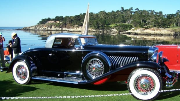 J-460, the Duesenberg Murphy coupe built for George Whittell, the only person to buy six new Duesenbergs, at the 2007 Pebble Beach Concours d'Elegance. This car features many of his personal touches, notably a chrome-plated battery box and bright strips up the rear deck. Curiously, this car is essentially a Murphy convertible coupe with a fixed roof, but the cowl and top door edges are more of the style Murphy used on its convertible berline.