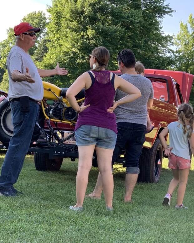 family checking out car-min
