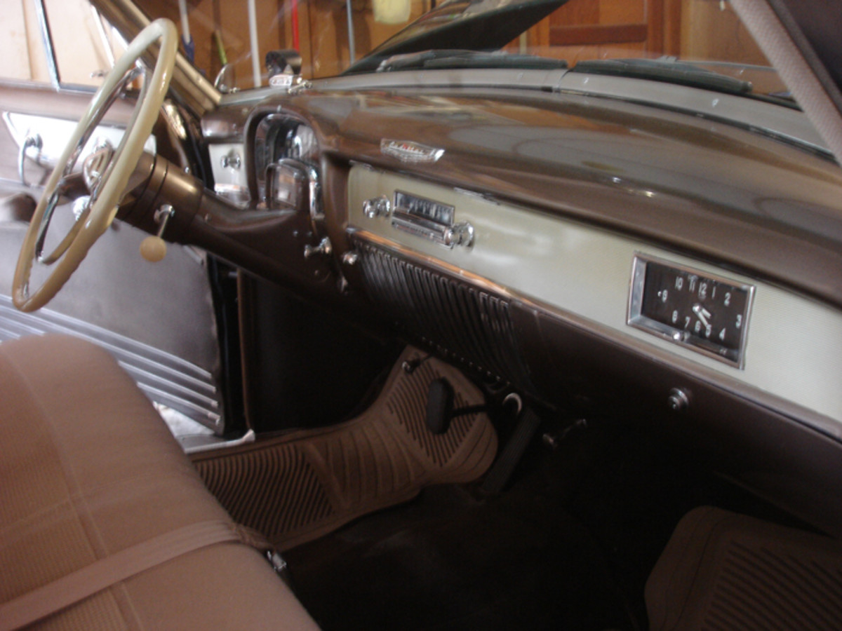 The seat upholstery of the Series 61 used two different fabrics without pleating. However, the door panels were pleated.