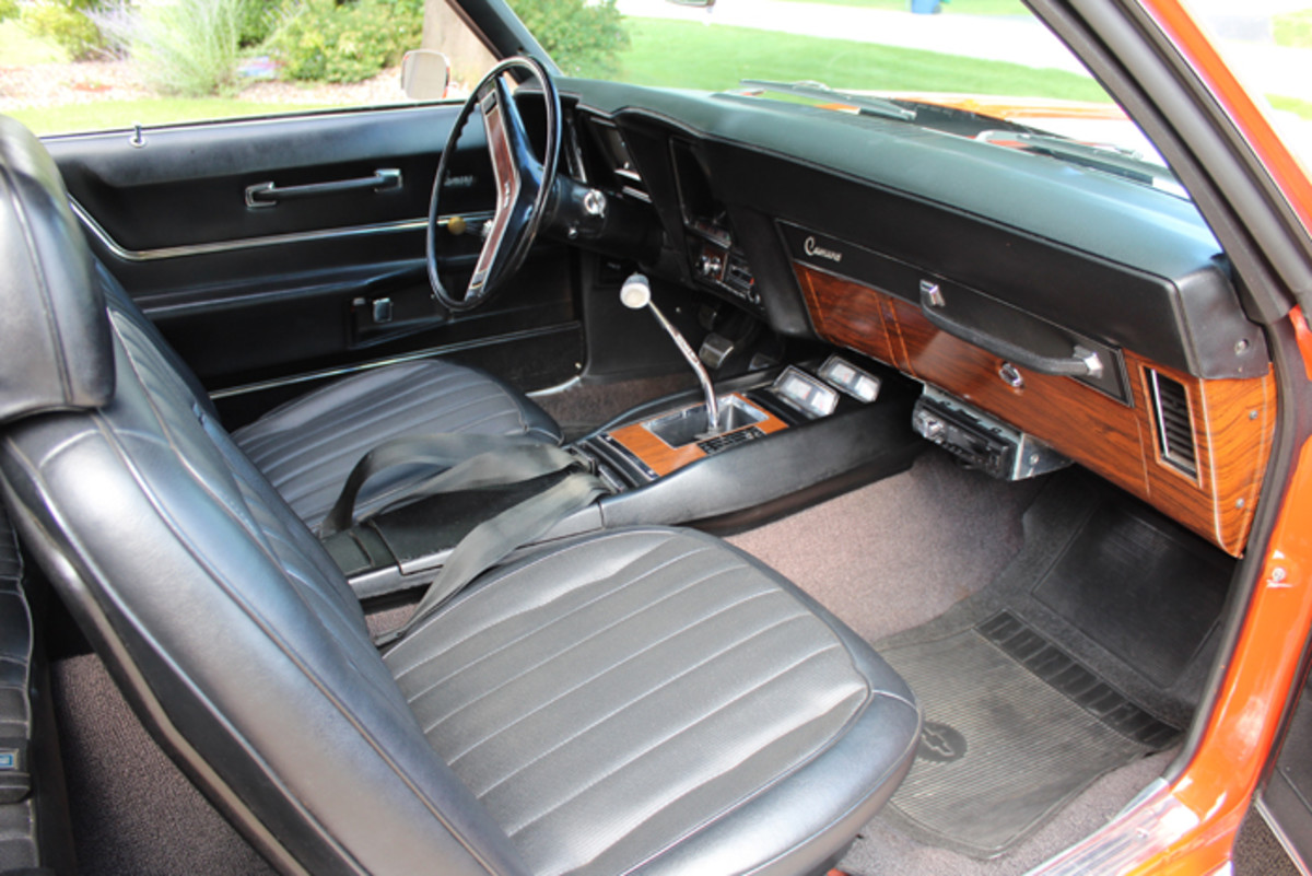 The high-back bucket seats, woodgraining on the dash and steering wheel, console, four-speed manual shifter and quick-ratio power steering were all nice driver amenities in a very sporty cockpit.