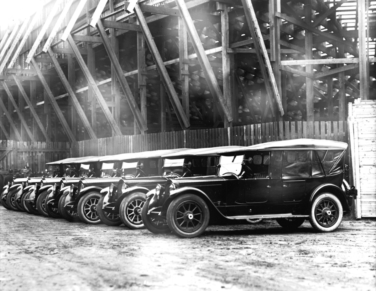 Circa-1921 Packard tourings of the style that Harvey Church stole from a Chicago dealership. These Packards are also pictured in Chicago — perhaps one of them is the actual car.