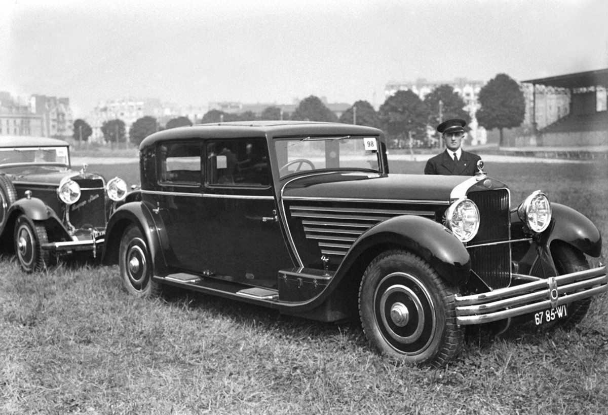 A rather racy sedan on yet another Delage chassis at the 1930 concours d'elegance at Parc des Princes stadium in Paris, France, in 1930. Note the Hispano-Suiza behind the Delage, another French concours regular.