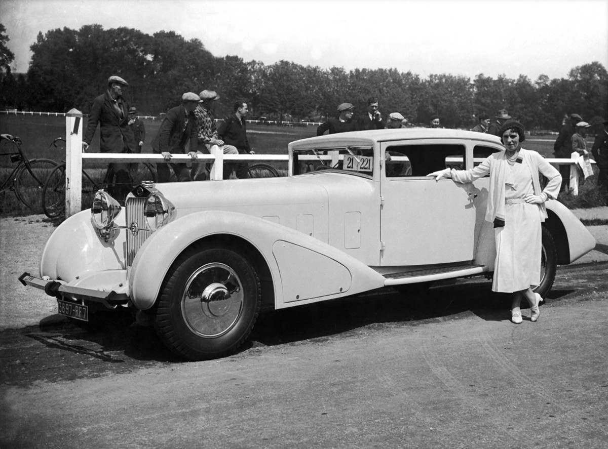 A handsome Delage at an unknown French concours during 1935. Compared to the Delage coach (left) pictured at the concours d'elegance at Fontainebleau in 1932, styling had not dramatically changed at that French builder.