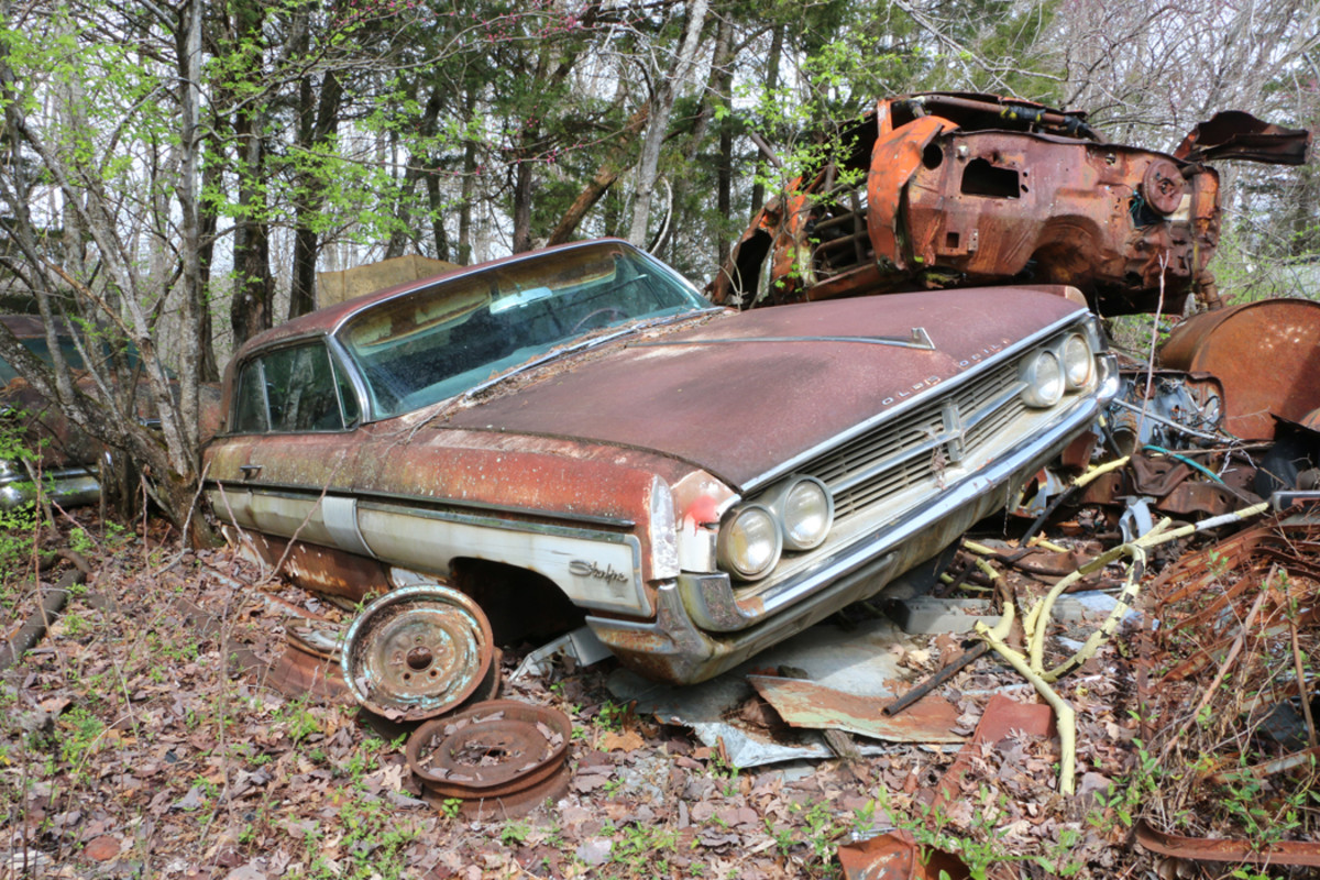 There are a lot of good parts remaining on this 1962 Oldsmobile Starfire. It has bucket seats, console, tachometer and factory air conditioning.