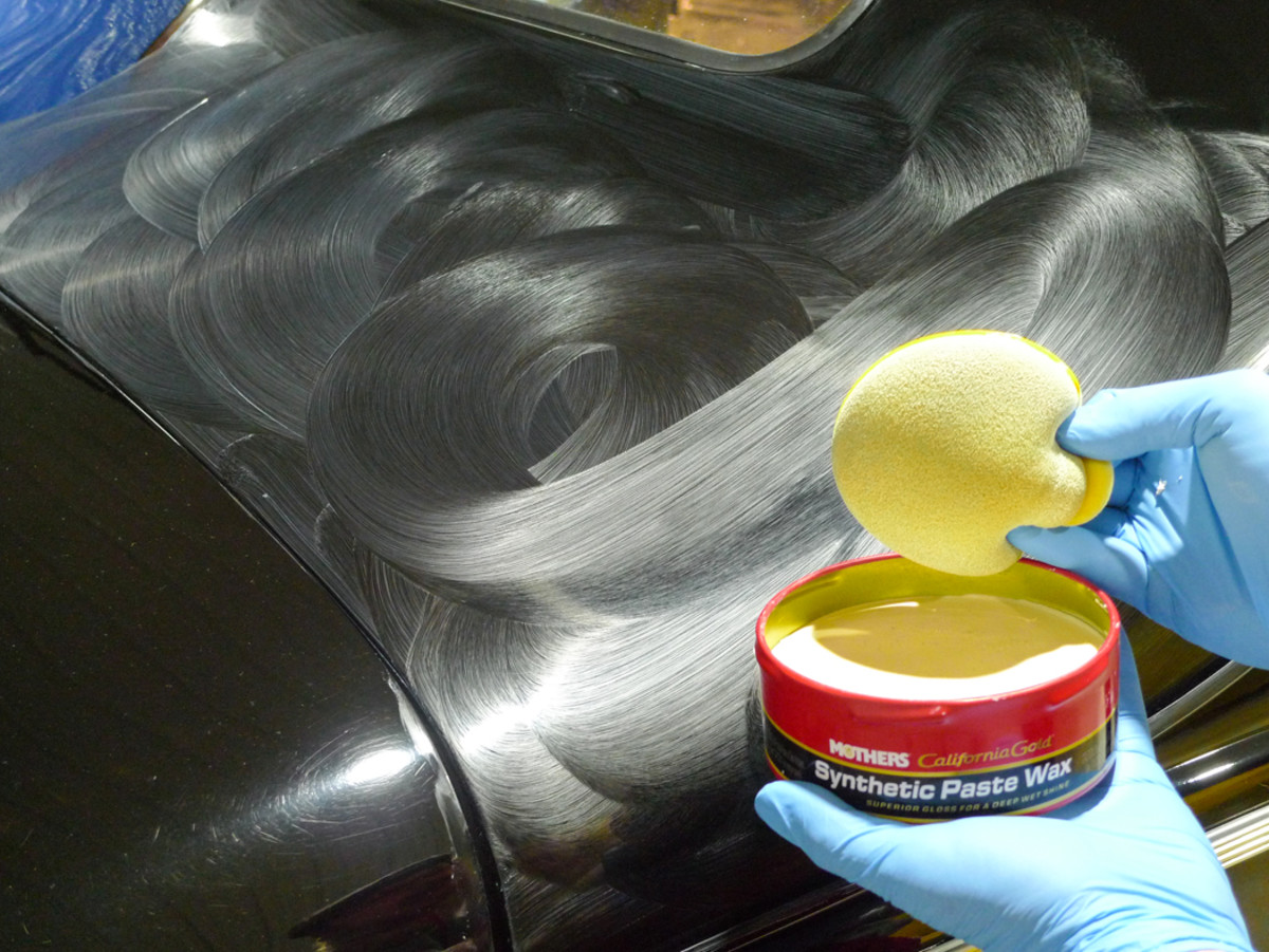 In the end, our results are the same. Polishing with dual-action buffers has blackened this finish. Now, by hand, let's apply an appropriate wax.