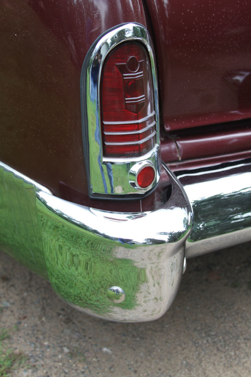 The tail lamp lens accentuates the 1951 Mercury's vertical rear fender treatment.