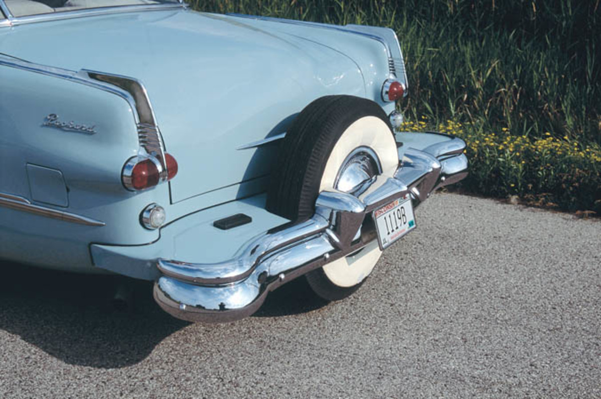 Using a series of hydraulic pumps and belts, the rear tire is lowered until it raises the Packard's rear wheels off the ground.