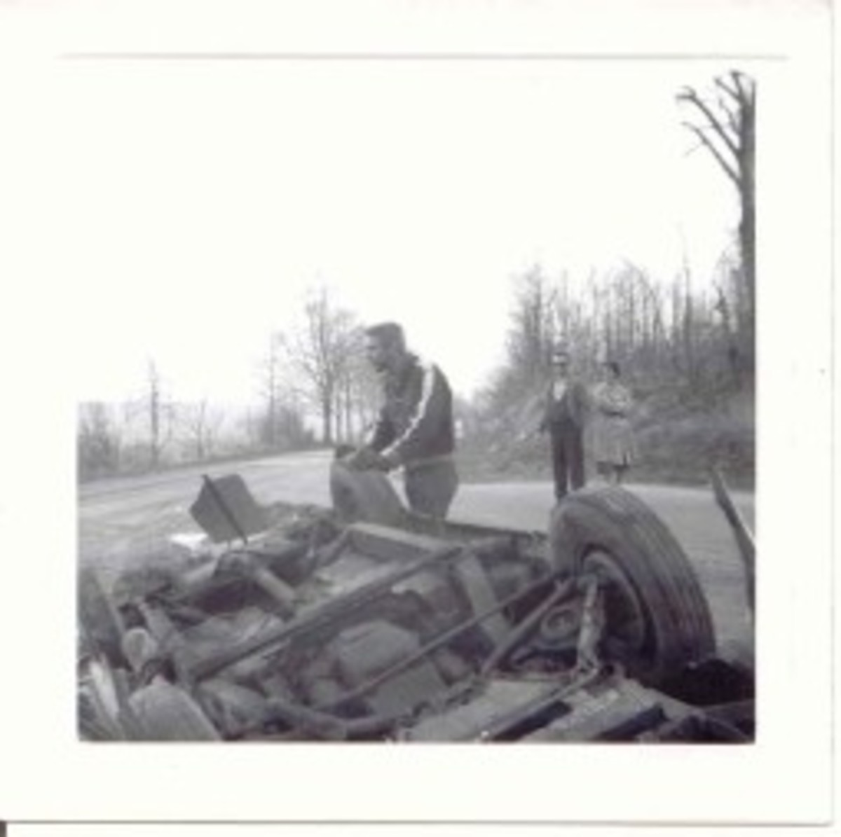 Red & White Darrin 1963 wreck, Bob Benz & onlookers, pic 2.jpg