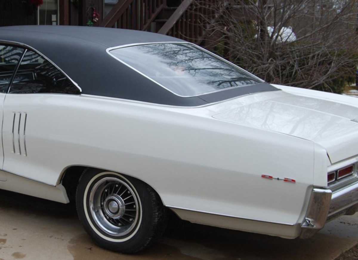 A 1966 Pontiac 2+2 without fender skirts has wheel well moldings.