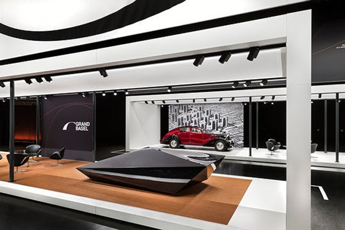 Automobile avant-garde from past to future at Grand Basel. Front: Rem D. Koolhaas for United Nude - Lo Res Car, 2017. Back: Avions Voisin, C25 Aérodyne, 1935. © Grand Basel /diephotodesigner.de