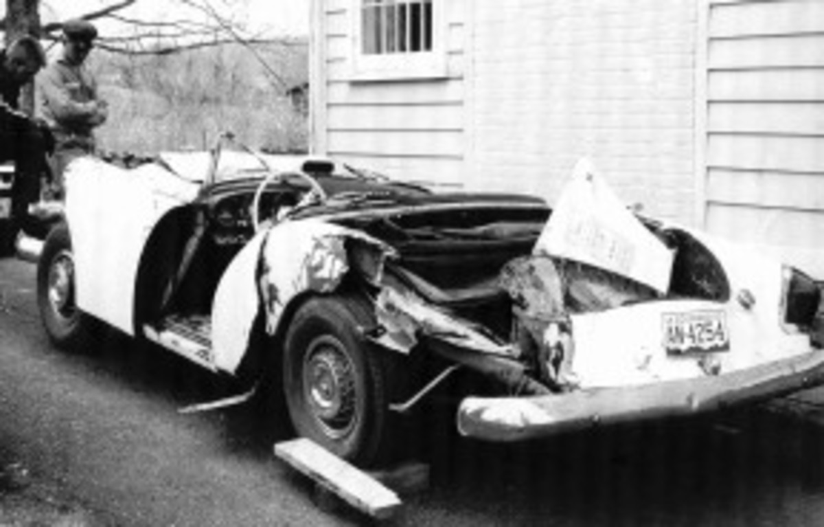 Red & White Darrin 1963 wreck, Bob Benz & onlooker, pic 4.jpg