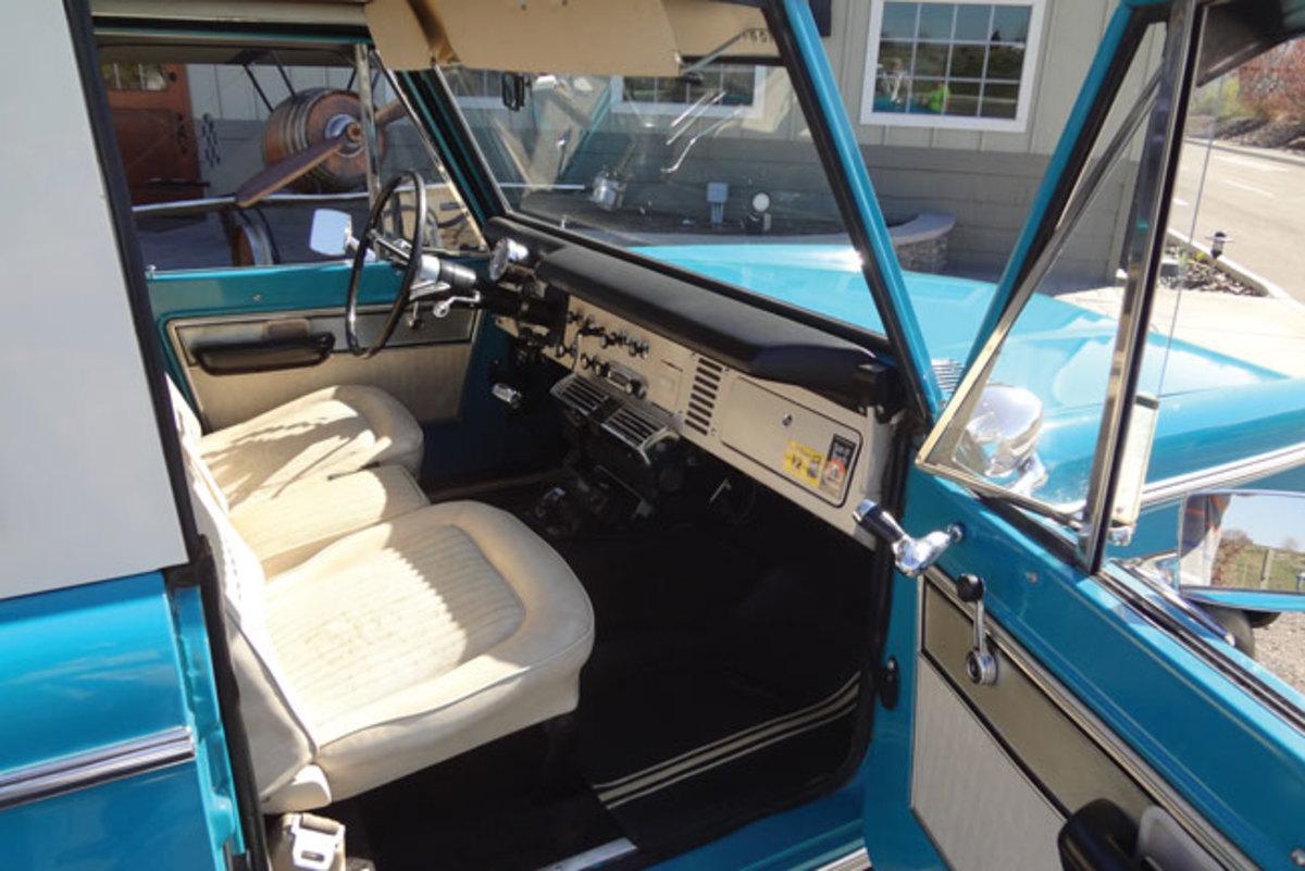 1970-Bronco-interior