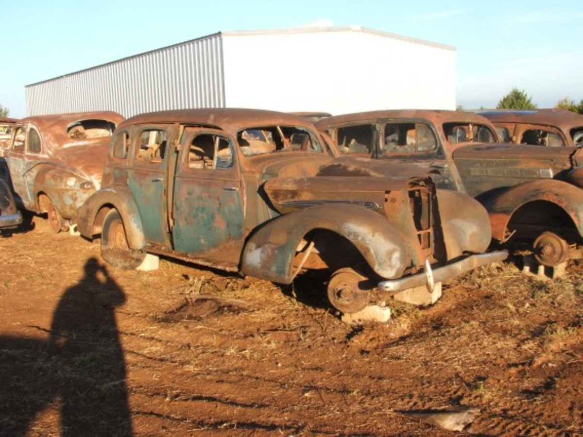 This cluster shows a circa-1936 GM sedan (Buick or Olds), as well as a slightly later Packard and a 1946-48 Ford coupe.