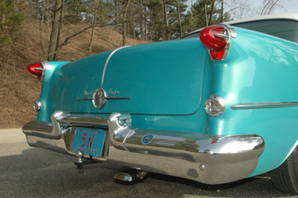 Oldsmobiles of this era featured a globe on the hood and rear deck, but Ninety-Eight models also featured a trim streak down the center of the deck lid.