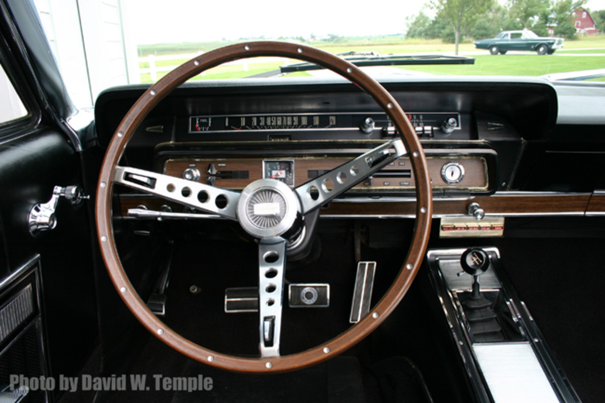 A simulated wood-grained three-spoke steering wheel was standard issue for the Galaxie 500 7-Litre.