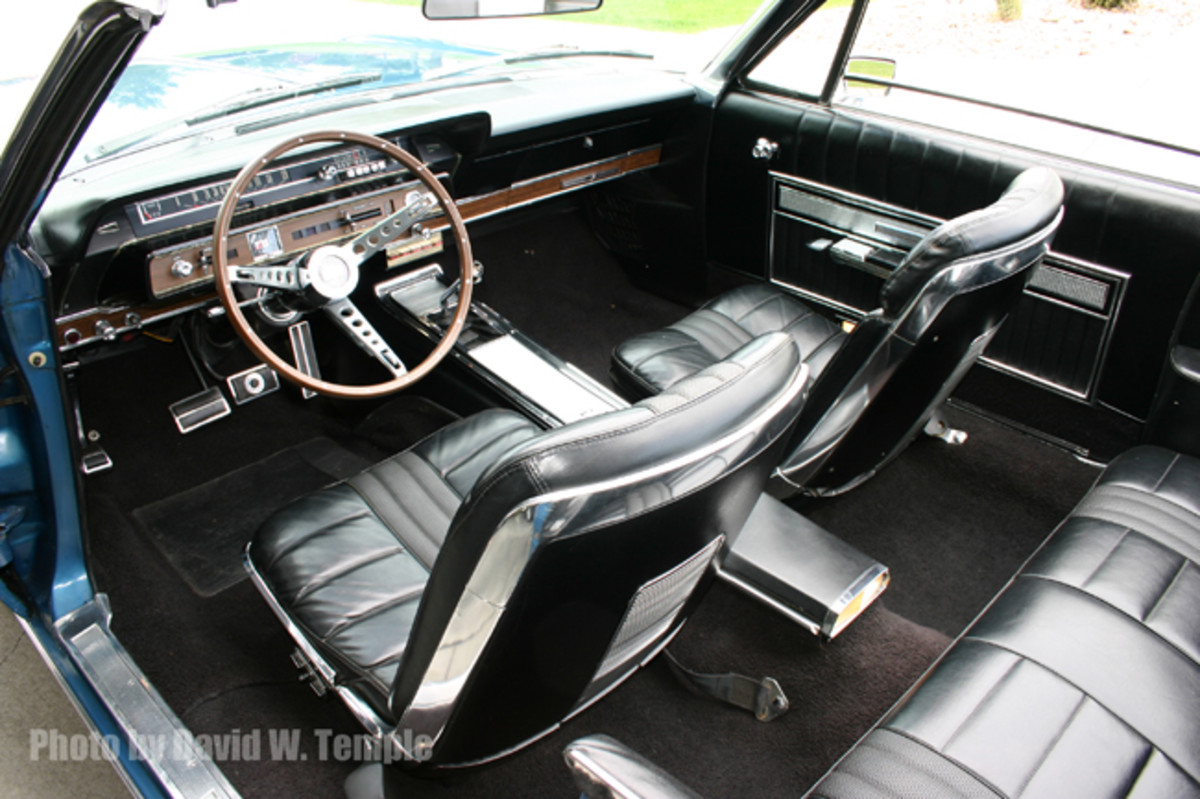 The interior of the Galaxie 500 7-Litre was virtually identical to the standard one installed in the Galaxie 500/XL. A 7-Litre badge, however, was mounted on the dashboard glove box door and a simulated wood-grained steering wheel also differentiated this model from the 500/XL.