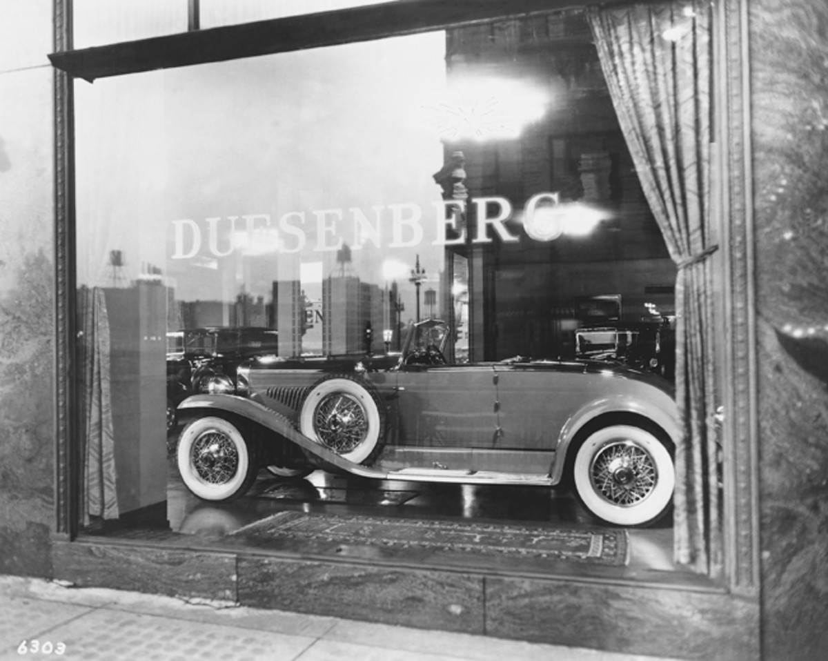 Taking center window in Duesenberg's Chicago showroom at 333 North Michigan Avenue, where Paul and Katherine's car was once displayed, is a different Murphy convertible roadster. The windshields of two other Duesenbergs can be seen in the background of this ca.-1929 photograph. (Paul Hedburn collection)
