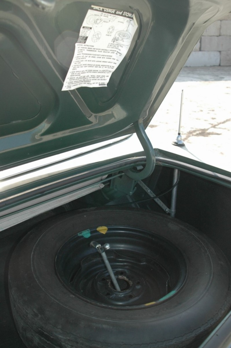 This photo shows the correct mounting position for the spare tire instruction sheet.