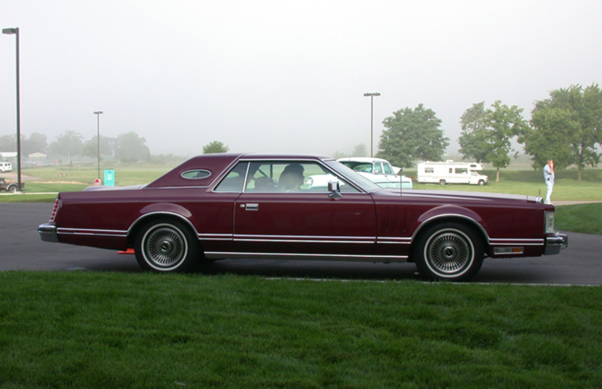 1977 – First year for the Mark V. Under the hood, there is a trim panel that fills the gap between the front valence and the radiator support that is similar to the one used on all Mark IVs, except that it now lacks an engine size badge affixed to it. 400 cid (the fifth character in the VIN code is an S) and 460 cid (VIN code A) available.