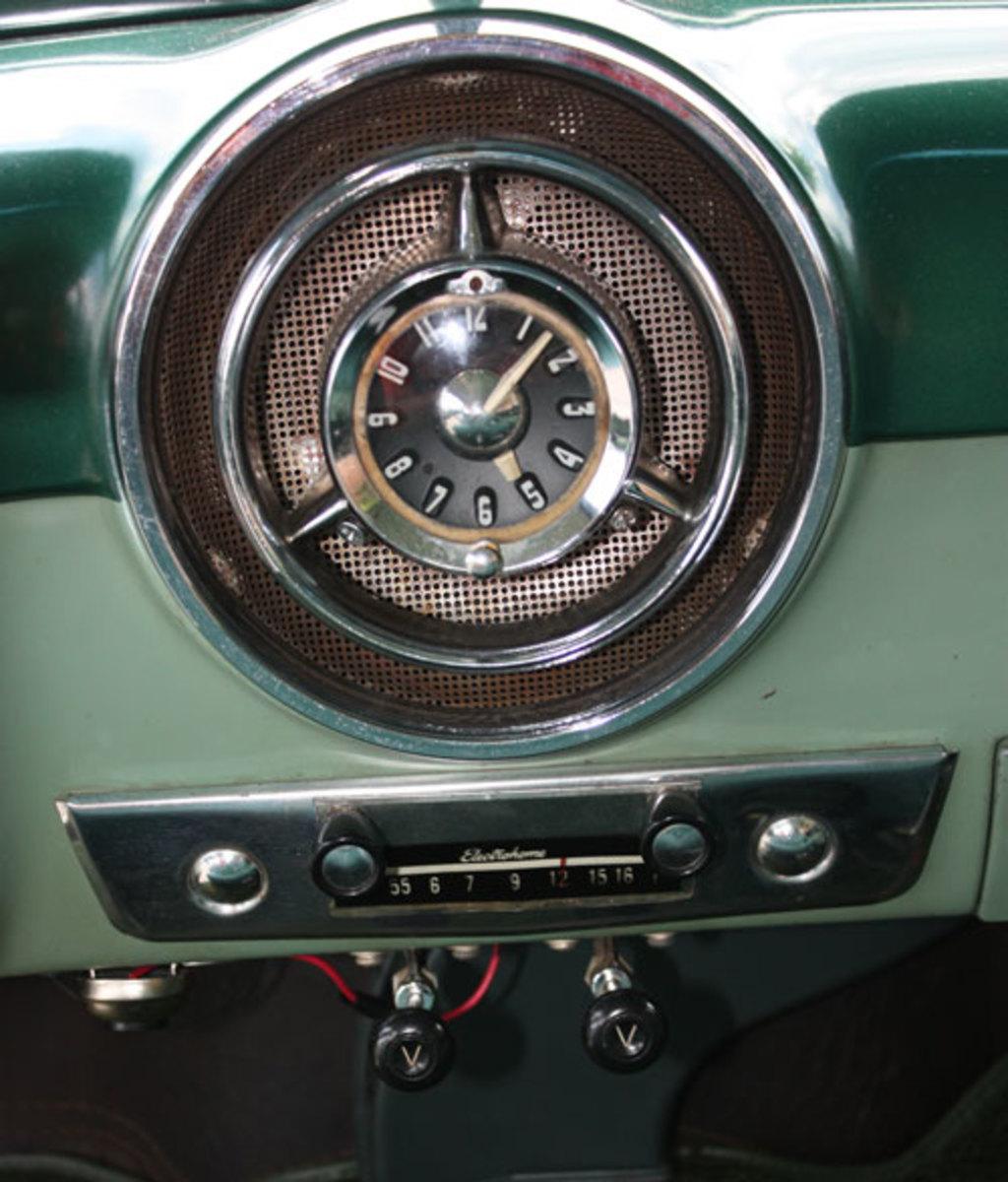 1952-Pontiac-clock