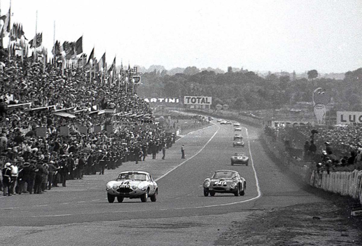 Cunningham Jaguar E-Type Lightweight leading the Ferrari 250 GTO at Le Mans. © GP Library