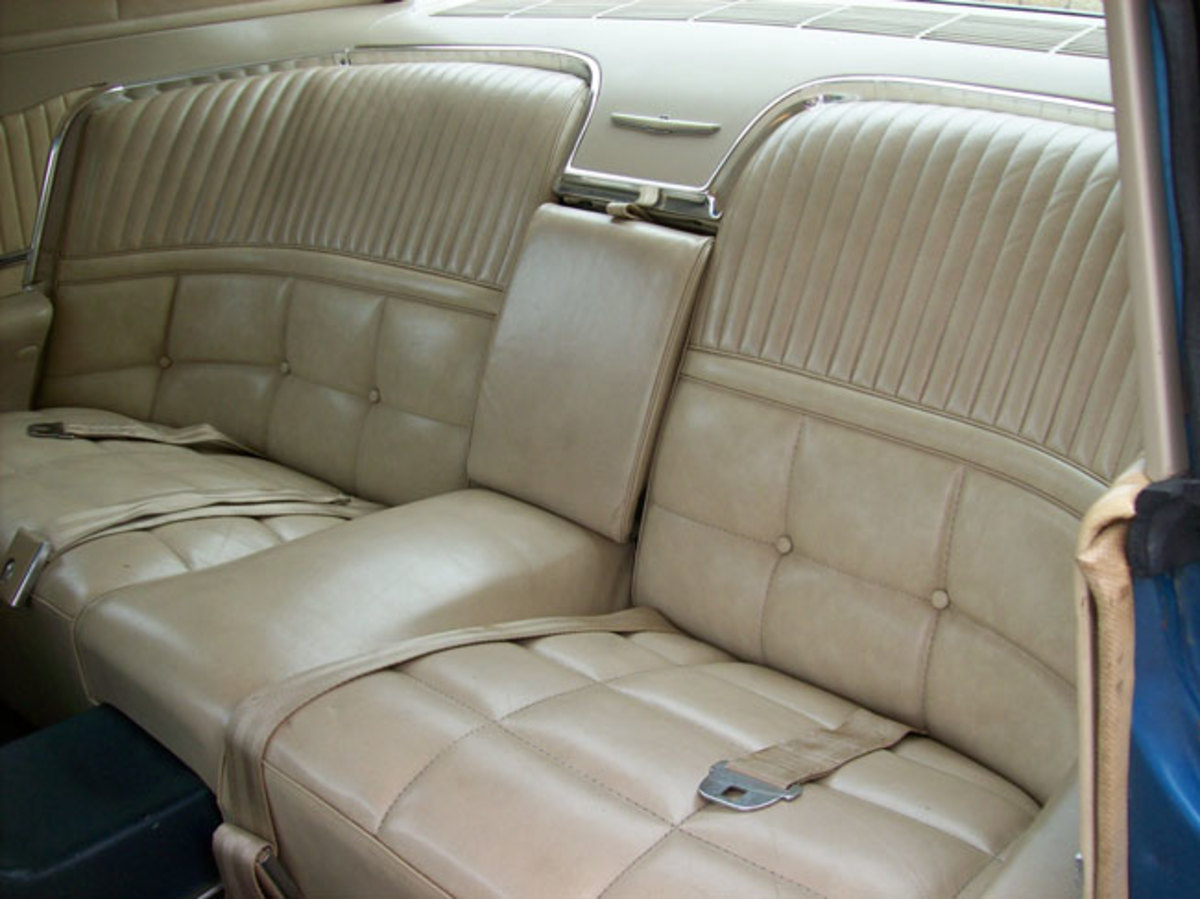 1966-Thunderbird-backseat