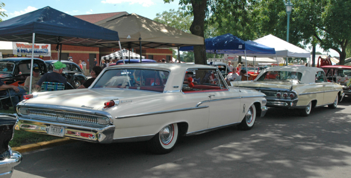 There just does not seem to be many 1961 and 1962 Mercurys around, so spotting them bow to stern is even less common. The 1962 Monterey hardtop has been parked behind a 1961 Monterey convertible.
