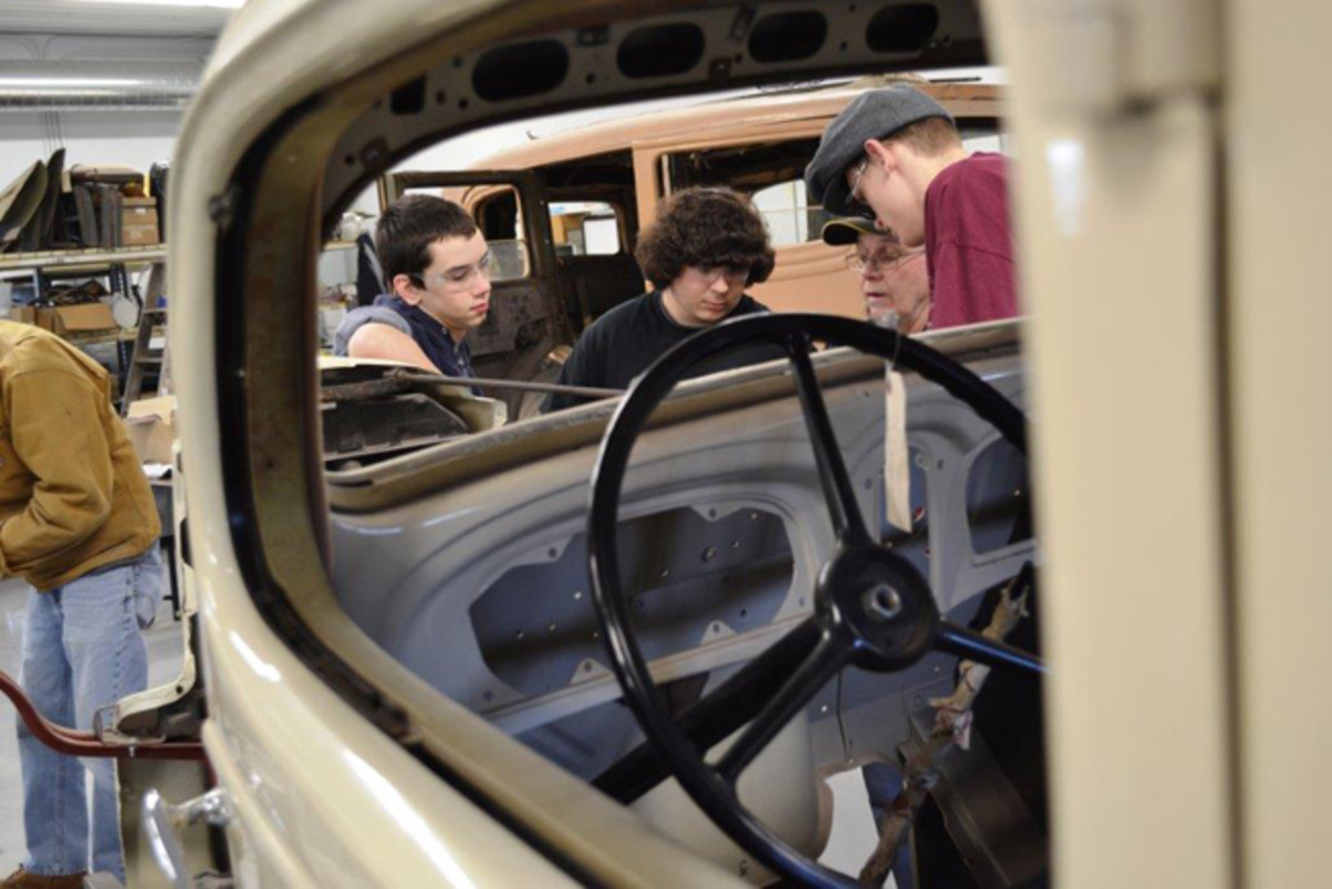 students-work-on-1935-packard-sm