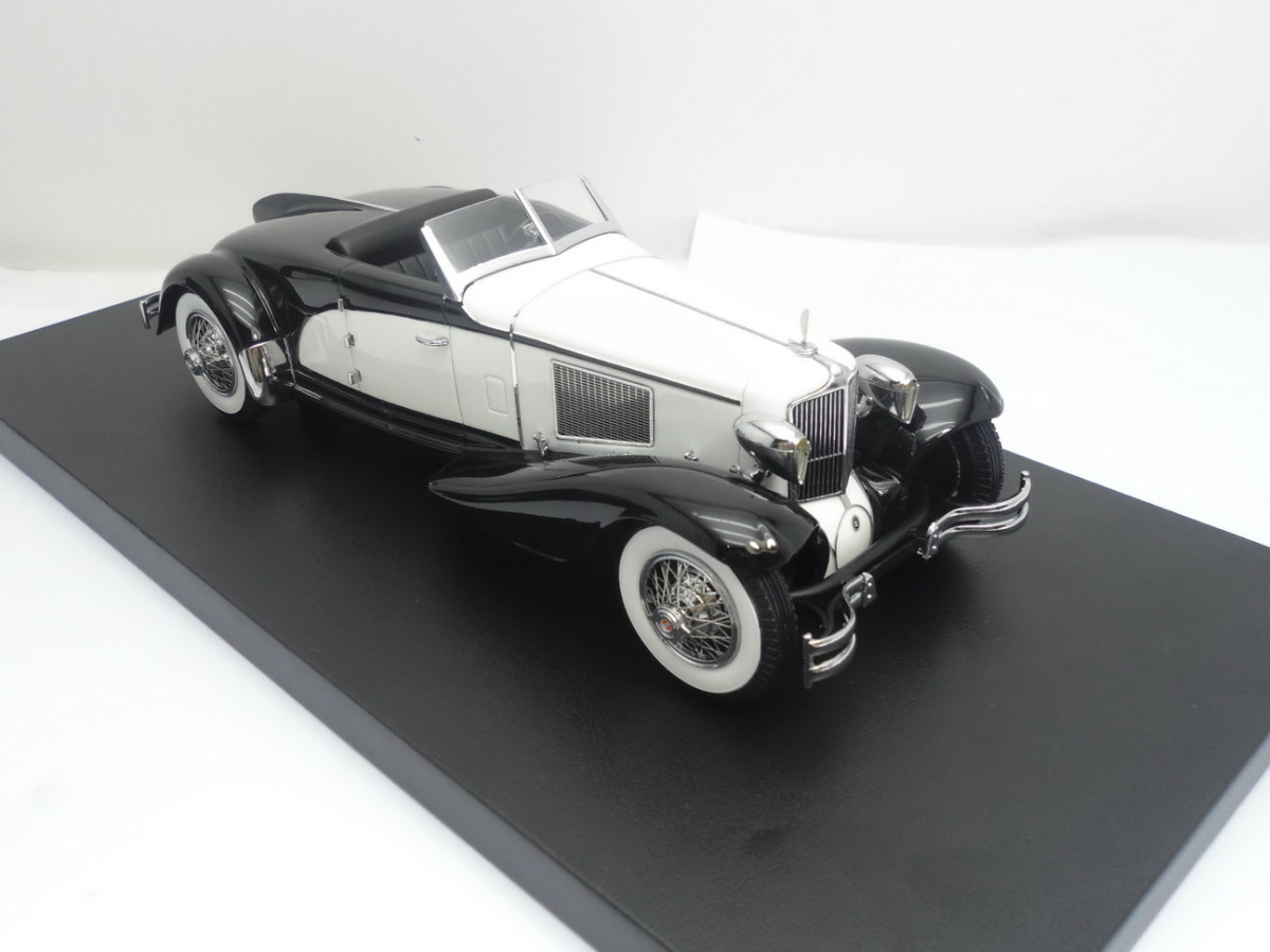 Brooks Stevens' Cord L-29 has been modeled in 1:24 scale by Automodello. The images show the prototype.