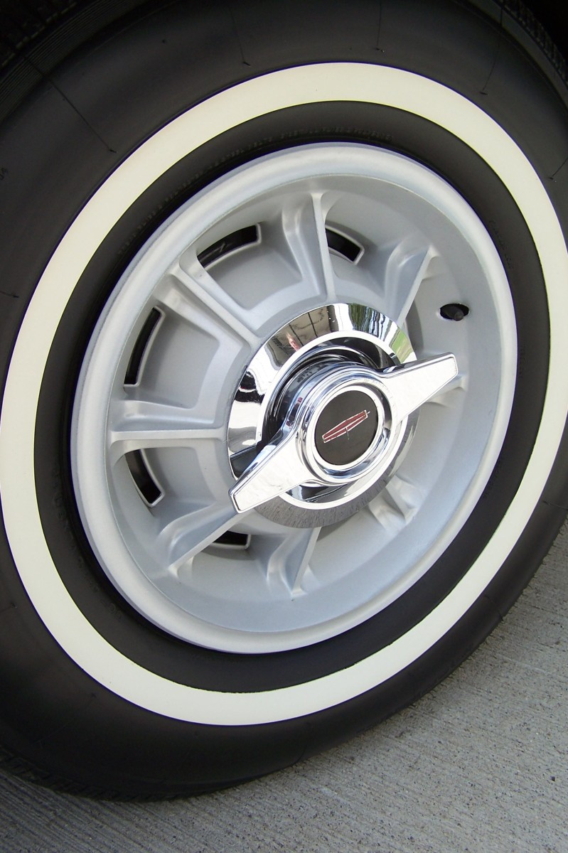 The unique aluminum alloy wheel of the 1964 Oldsmobile Starfire. Note the separate chrome-plated two-bar spinner.