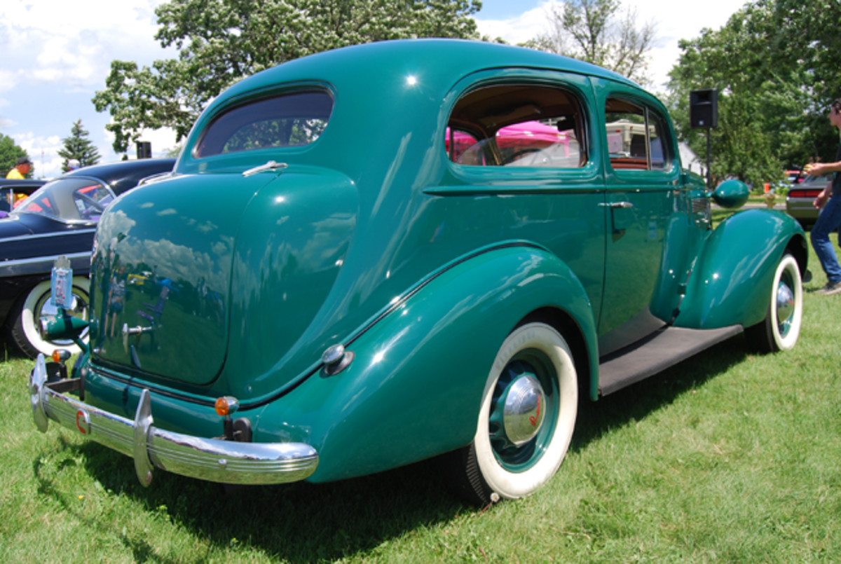'30s lines follow the Deco influence as shown in this rear shot of the Pontiac.