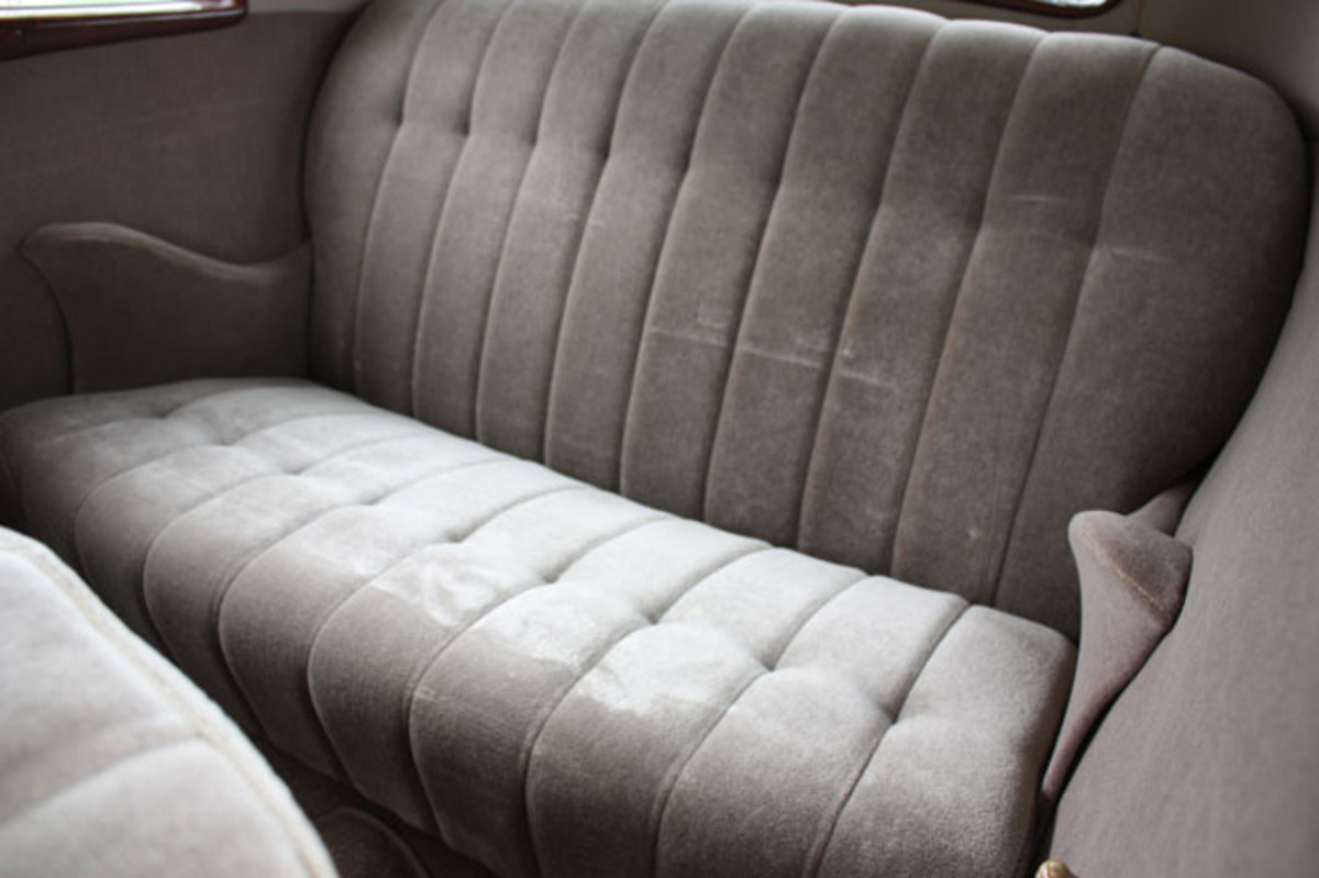 1934-Ford-backseat