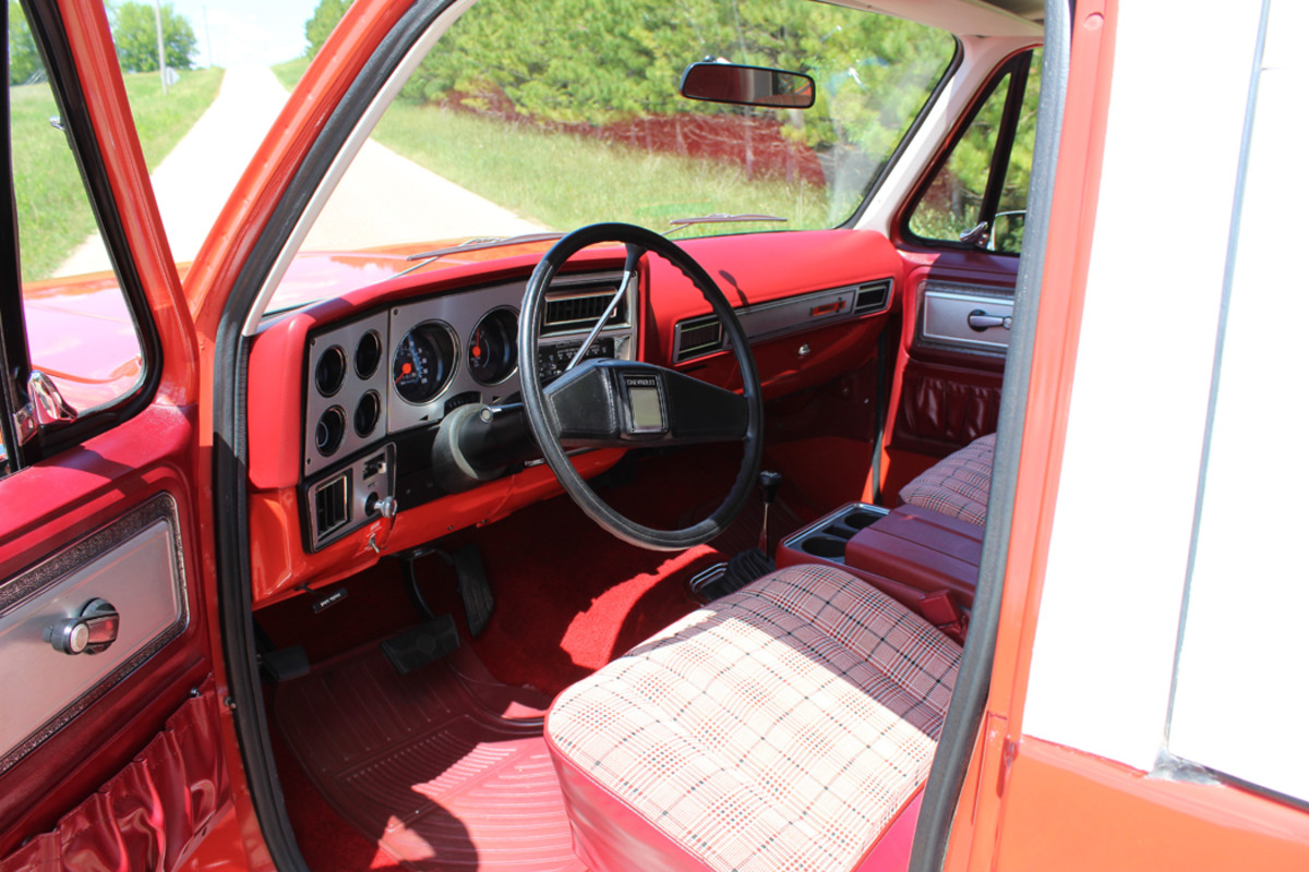 The dash is classic '70s Chevy.