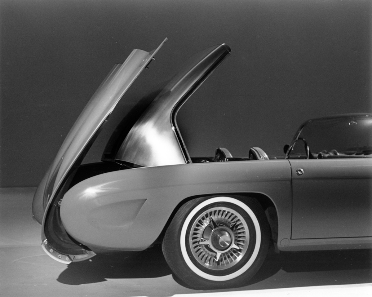The convertible top was of brushed stainless steel and retracted into the trunk compartment of the F-88-III. Note cast aluminum integral wheel/brake drum combination.