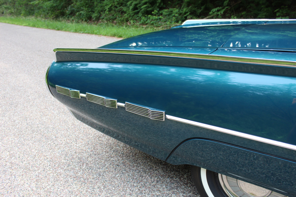 """Replacing the four moldings stacked on the rear fender of the '61 model were horizontal """"dashes"""" of ribbed chrome."""